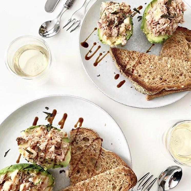 Lunchtime! Avocado, tonijn en kombucha